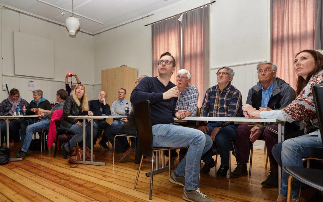 Fra medlemsmøte i Arendal fotoklubb (foto: Leif Andersen)