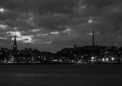 3. Signe Gry Isaksen - Natten senker seg over byen med løfte om uvær i vente... (30 poeng)