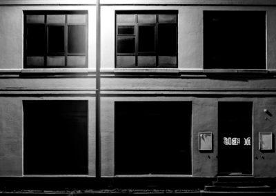 Robin Bjerkhaug - Mørk bygning
